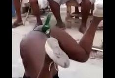 Africana com garrafa de cerveja dentro da buceta