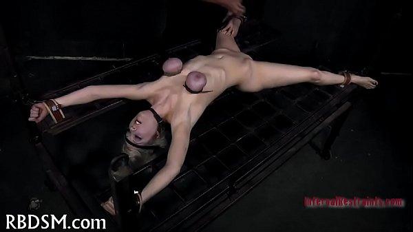 Prazeres bizarros com mulher sendo torturada