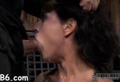 Porno bizarro com vadia amarrada chupando pica