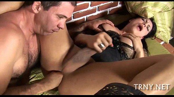 Porno bizarro do macho enfiando a mão no cu da traveca tesuda