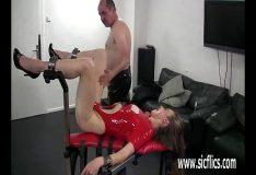 Porno brutal bizarro com novinha arrombada fazendo putaria