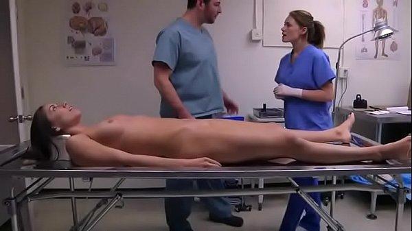 Medico tarado dando dedadas na xota da morta