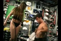Morena linda fodendo muito com anão dentro de loja