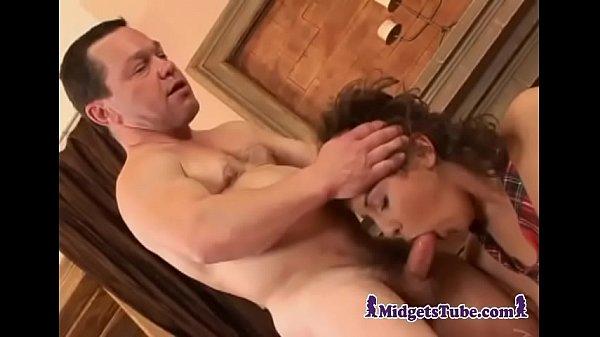 Xvideos de Sexo com novinha pedindo rola do anão dotado