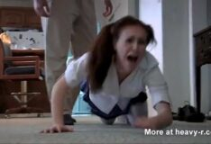 Ladrão estrupa a novinha que ficou sozinha em casa
