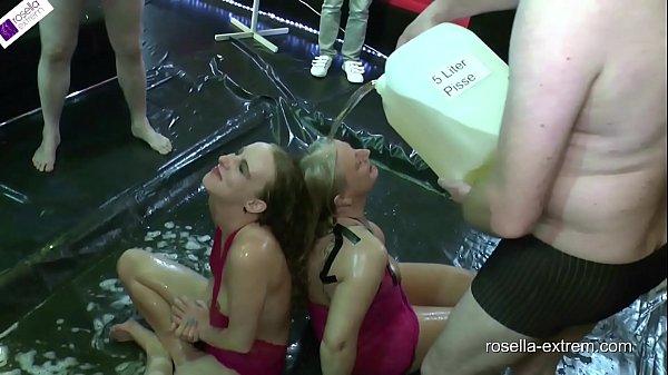Sexo com mijo, mulheres tomando banho e bebendo mijo